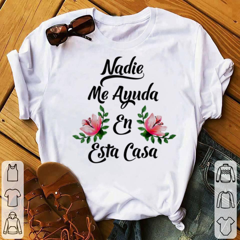 Premium Nadie Me Ayuda An Esta Casa shirt
