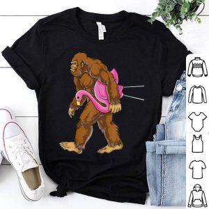 Awesome Bigfoot Carrying Lawn Flamingo Funny Sasquatch Tees shirt