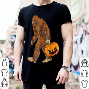 Nice Bigfoot Sasquatch Carrying Scary Pumpkin Halloween shirt