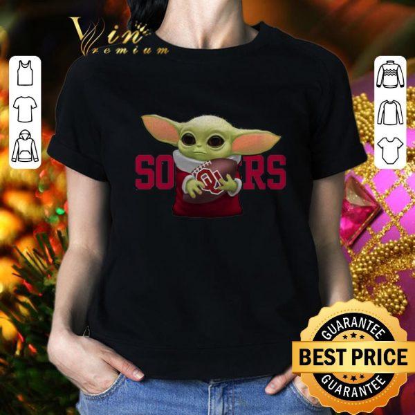 Cool Baby Yoda hug Oklahoma Sooners shirt